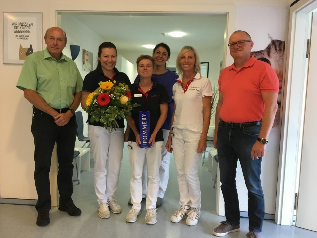 """Die """"Tierärztliche Gemeinschaftspraxis Dres. Pflanz"""" aus Fellbach bei Stuttgart zusammen mit Mitarbeitern von MSD Tiergesundheit und Vetoquinol bei der Übergabe."""